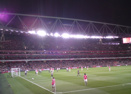 Wilshere and Vela take a corner. Sportboy T takes a crappy camera phone picture.